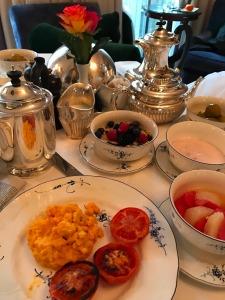 16.1493169296.room-service-breakfast